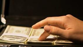 Kvinnliga räknande dollarsedlar i fall att, olagligt affärsavtal, handel stock video