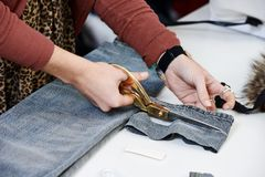 Kvinnliga skräddarehänder på arbete Arkivfoto