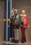 Kvinnliga skyltdockor i ett shoppafönster på laget royaltyfri fotografi