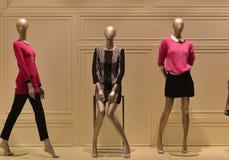 kvinnliga skyltdockor i modekläder shoppar fönstret Arkivfoto