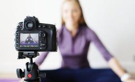 Kvinnliga släkt TV-sändning för bloggerinspelning sportar hemma Royaltyfri Foto