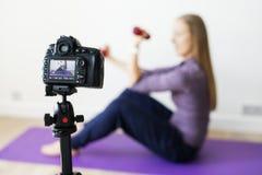 Kvinnliga släkt TV-sändning för vloggerinspelning sportar hemma arkivbilder