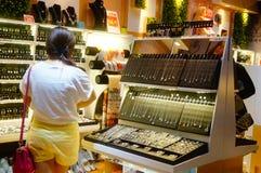 Kvinnliga smycken shoppar Royaltyfria Foton