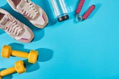 Kvinnliga sportskor och bästa sikt för utrustning, kopieringsutrymme Aktiv livsstil, kroppomsorgbegrepp royaltyfria foton