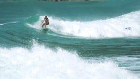 Kvinnliga surfareritter på havvågor lager videofilmer