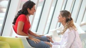 Kvinnliga tålmodiga fående goda nyheter från doktor stock video