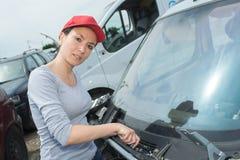 Kvinnliga torkare för vindruta för bilmekaniker ändrande på bilen Royaltyfri Bild