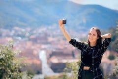 Kvinnliga turist- tagande Selfies framme av den h?rliga panoramautsikten arkivbild