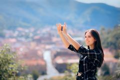 Kvinnliga turist- tagande Selfies framme av den h?rliga panoramautsikten arkivbilder