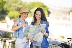 Kvinnliga turister royaltyfria foton