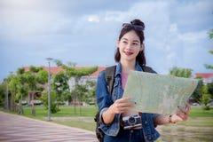 Kvinnliga turister som söker efter destinationer på översikten i staden arkivbilder