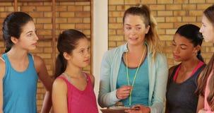 Kvinnliga ungar för lagledarementoringhögstadium stock video