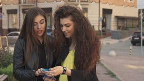 Kvinnliga vänklockafoto på smartphonen arkivfilmer