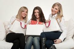 Kvinnliga vänner med gåvor Arkivfoton