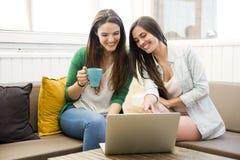 Kvinnliga vänner på tekaffe royaltyfri fotografi