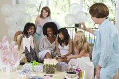 Kvinnliga vänner som firar Hen Party arkivfoto