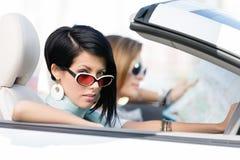 Kvinnliga vänner som kör bilen fotografering för bildbyråer