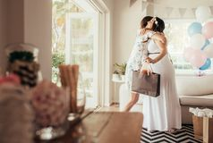 Kvinnliga vänner som möter för baby shower Royaltyfri Foto