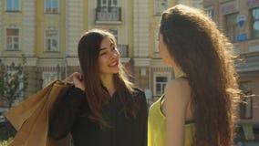 Kvinnliga vänner som pratar på gatan arkivfilmer