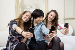 Kvinnliga vänner som tar självfotografiet Royaltyfria Foton