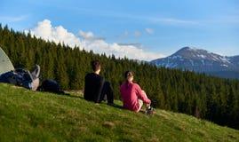 Kvinnliga vänner som tillsammans fotvandrar i bergen arkivfoto