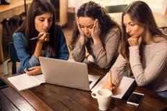 Kvinnliga v?nner som oroas med sista examina arkivfoton
