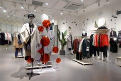 Kvinnliga vinterkläder shoppar inomhus royaltyfri foto