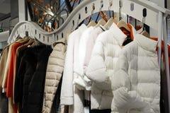 Kvinnliga vinterkläder shoppar inomhus royaltyfri fotografi