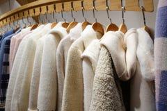 Kvinnliga vinterkläder shoppar inomhus fotografering för bildbyråer