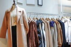 Kvinnliga vinterkläder shoppar inomhus royaltyfria foton