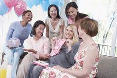 Kvinnliga vänner som deltar i baby shower Royaltyfri Bild