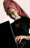 kvinnligbärbar dator royaltyfria bilder