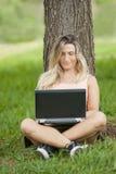 kvinnligbärbar dator Arkivbild