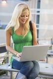 kvinnligbärbar dator utanför att använda för deltagare royaltyfri fotografi