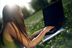 kvinnligbärbar datorbarn Arkivbild