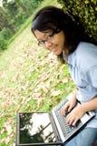 kvinnligbärbar datortonåring Arkivfoton