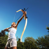 Kvinnligbågskytt fotografering för bildbyråer