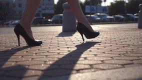 Kvinnligben i höga häl skor att gå i den stads- gatan nära auto parkering Affärskvinna som kliver för att arbeta Barn arkivfilmer