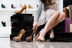 Kvinnligben och variation av skor royaltyfria foton