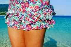 Kvinnligben på stranden Arkivbild