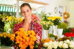 Kvinnligblomsterhandlare i blomsterhandel Royaltyfria Bilder