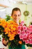 Kvinnligblomsterhandlare i blomsterhandel Royaltyfri Fotografi