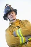 kvinnligbrandmanstående arkivfoto