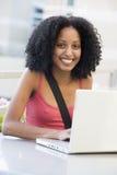 kvinnligbärbar dator utanför att använda för deltagare Arkivfoton