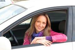 Kvinnligchaufför som sitter i bil Fotografering för Bildbyråer