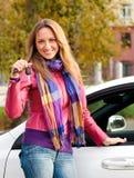 Kvinnligchaufför som visar tangenten Royaltyfria Foton