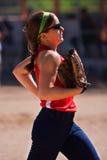 kvinnligfältjogs av spelaresoftball royaltyfria foton