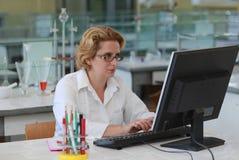 kvinnligforskare Arkivbild