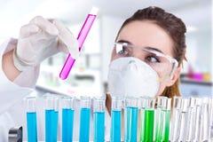 Kvinnligforskare i laboratorium royaltyfri foto