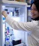 Kvinnligforskare som ut bär experiment Arkivbild